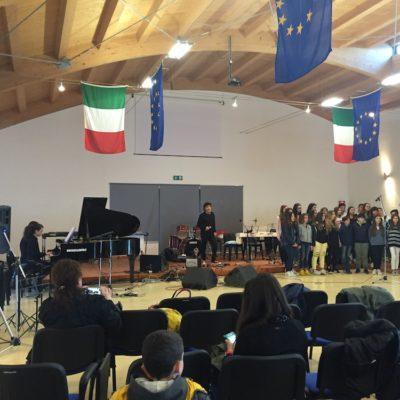 Fausto Mesolella e il coro dell'I.C. Dante Alghieri di Formia